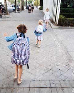 niñas van al colegio